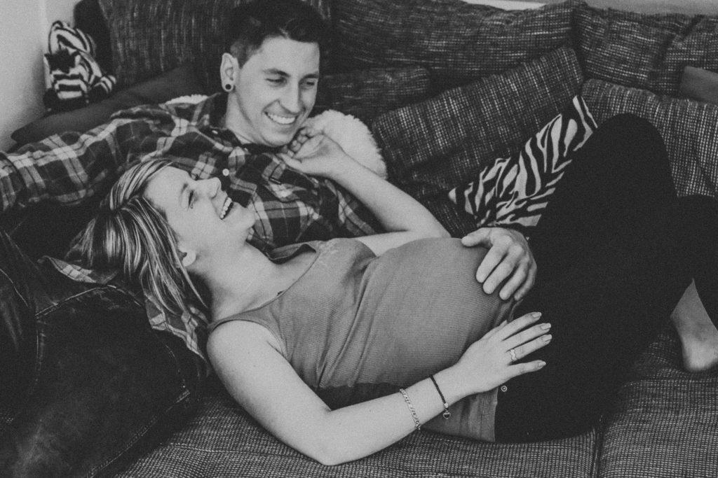 couple attendant leur bébé, femme enceinte. séance maternité de couple