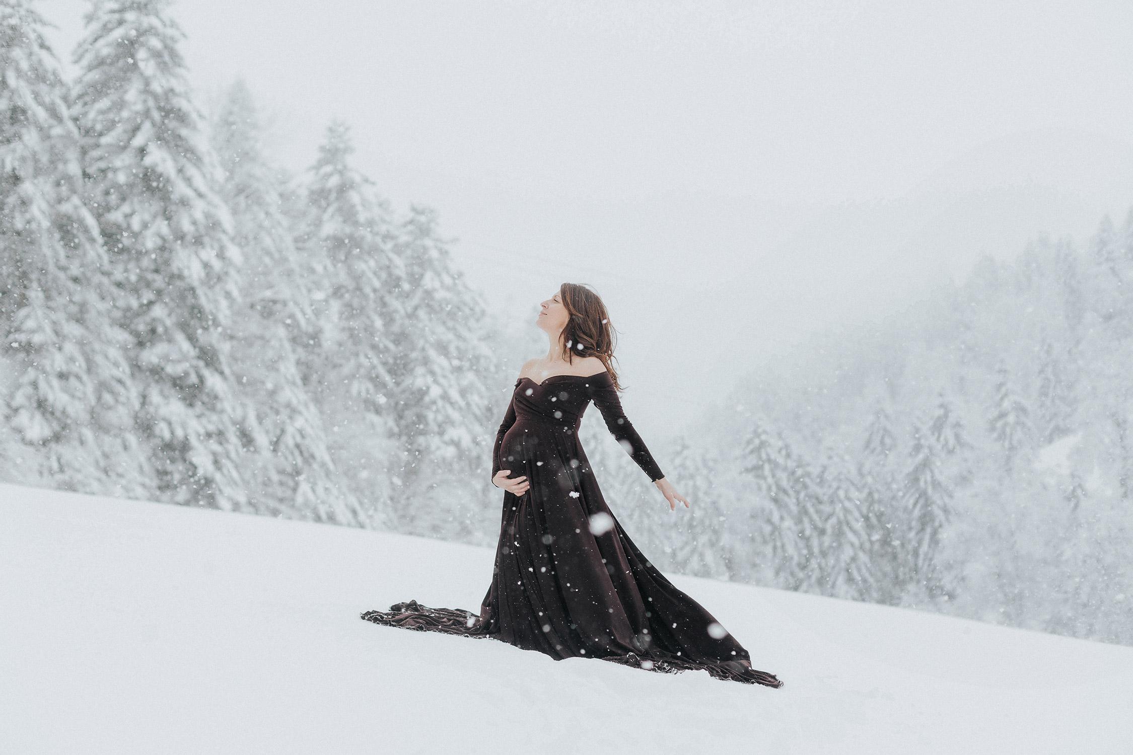 photo grossesse neuchatel sous la neige en robe brune, flocons, dans le canton de Neuchâtel aux Brenets